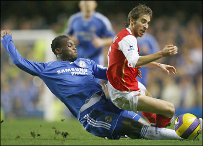 Matthieu Flamini closes down Michael Essien