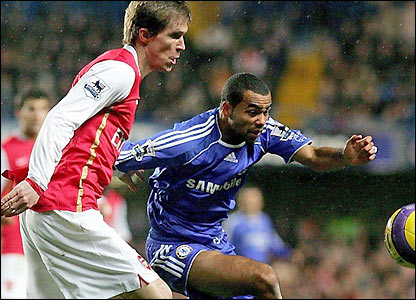 Ashley Cole challenges Alexander Hleb