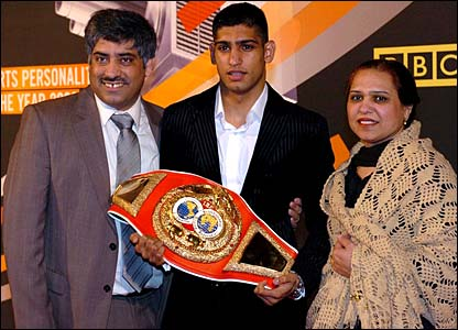 Amir Khan poses with his parents