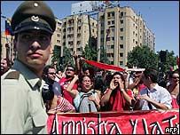 Manifestantes opositores a Pinochet celebran la noticia de su muerte.