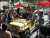 Manifestantes celebran la muerte de Augusto Pinochet.