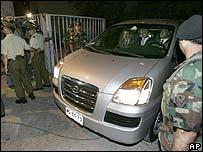 Una camioneta saca el cuerpo de Pinochet del Hospital Militar