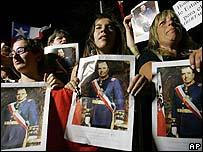 Simpatizantes aguardan la llegada de los restos de Pinochet a la Escuela Militar
