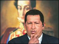 Hugo Chávez ante un cuadro de Simón Bolívar.