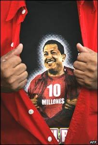 Hugo Chávez, estampado en la camiseta de un simpatizante.