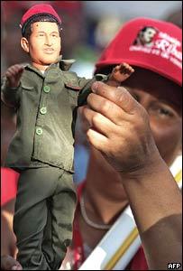 Simpatizante chavista con un muñeco del presidente de Venezuela.