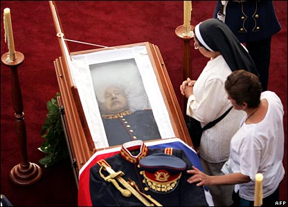 Mourners pay their last homage to Gen Pinochet
