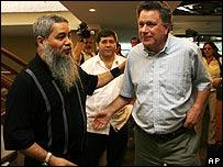 Francisco Gal�n, dirigente del ELN, con Luis Carlos Restrepo, alto comisionado de paz.