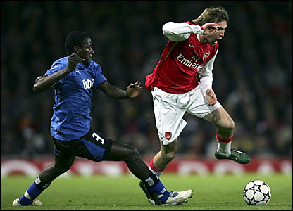 Arsenal's Alexander Hleb (right) takes on Hamburg's Thimothee Atouba