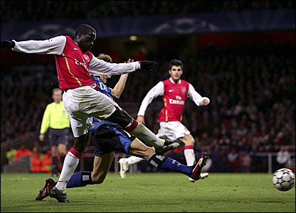 Emmanuel Eboue scores for Arsenal