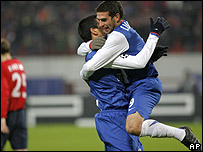 Lucho Gonz�lez (der.) festeja su gol con Lisandro L�pez.