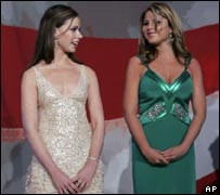 Barbara (L) and Jenna Bush in Wisconsin in 2005