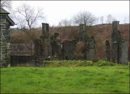 The property is the former coachhouse of  a mansion which now stands in ruins