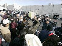 Familiares se enfrentan a autoridades migratorias en planta de Swift en Greeley, Colorado