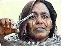 إمرأة يفترض أنها تجري عملية ختان