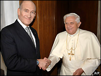Pope Benedict (r) with Israeli PM Ehud Olmert (l)