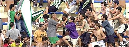 Hinchas se enfrentan a golpes en una tribuna.
