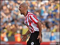 Juan Sebasti�n Ver�n celebra el empate parcial de Estudiantes.