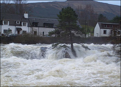 Flooding at the Dochart Falls