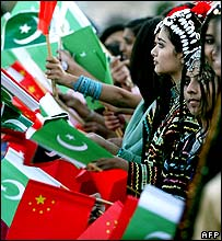 Pakistani children line up to greet President Hu Jintao