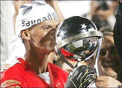 Miguel Ángel Calero, del Pachuca, besa la Copa Sudamericana
