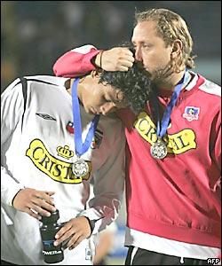 Luis Mena, del Colo Colo, consuela a su compañero, Matías Fernández (izq.)