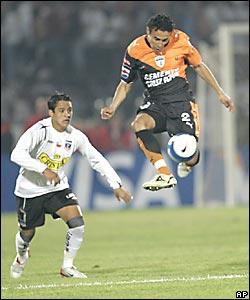 Alexis Sánchez (izq.), del Colo Colo pelea el balón con Jair García del Pachuca.