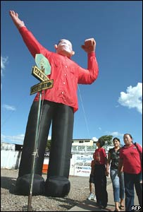 Mu�eco gigante con la figura de Hugo Ch�vez.