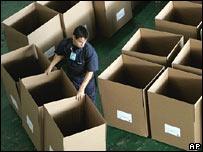 Funcionario venezolano prepara urnas de votaci�n.