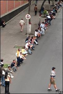 Venezolanos hacen fila para votar en el referendo de 2004.