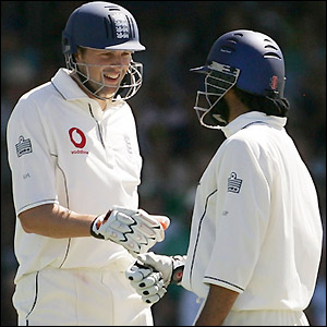 Harmison and Panesar discuss tactics as they thwart Australia