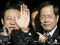 North Korean Vice Foreign Minister Kim Kye Gwan (left) with South Korean envoy Chun Yung-woo after talks in Beijing on 30 November 2006