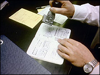 Funcionario de migraciones sellando un pasaporte