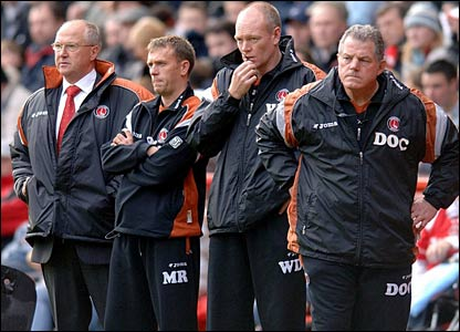 Charlton Athletic manager Les Reed (l) stands beside his coaching staff