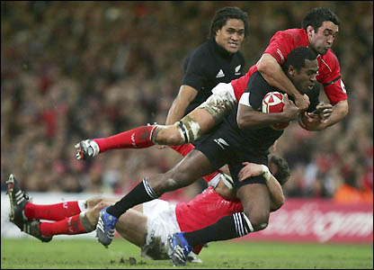 Sitiveni Sivivatu helps to breaches Wales' defence