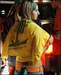 ناشطة في التيار الوطني الحر تحمل علم حزب الله