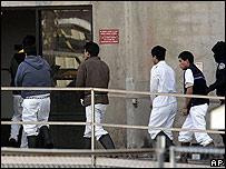 Trabajadores de planta frigor�fica de Swift en Greeley, Colorado, caminan esposados