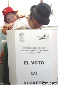 Mujer indígena vota en Ecuador.