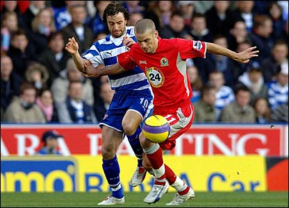 Stephen Hunt vies for the ball with David Bentley