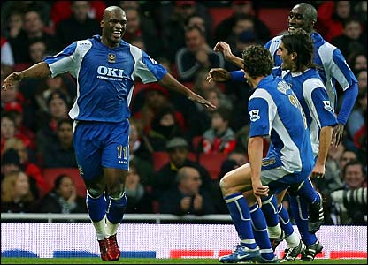 Noe Pamarot celebrates with Sol Campbell, Pedro Mendes and Sean Davis