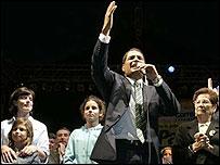 Rafael Correa celebra, acompañado de su familia
