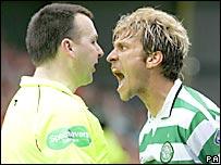 Stilian Petrov del Celtic le grita al juez de l�nea durante un encuentro ante Motherwell