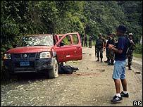Auto policial emboscado por supuestos guerrilleros.