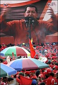 Hugo Chávez habla en manifestación.