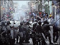 Policías se enfrentan a manifestantes en Oaxaca el fin de semana