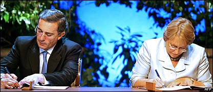Presidente de Colombia, Álvaro Uribe y Michelle Bachelet, presidenta de Chile