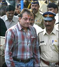 Sanjay Dutt, escoltado por policía.