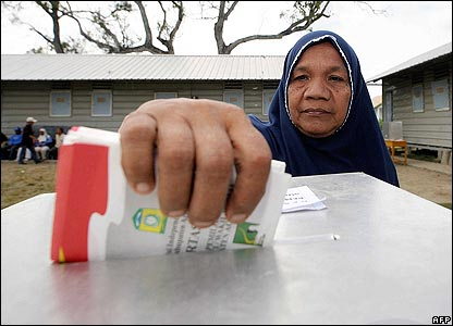 Voters cast their ballots in Aceh Besar on 11 December 2006