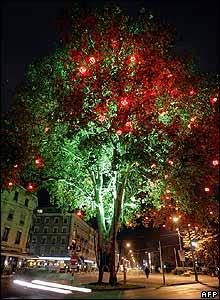Pero por mera simplicidad, he aqu� un �rbol real iluminado con colores festivos en Ginebra, Suiza. El autor es el artista franc�s Geraud Periole.