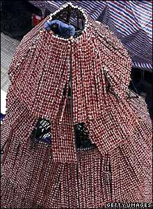 Y Navidad aparece cada vez m�s en la Asia no cristiana. Aqu� en Chongqing, China, el �rbol est� hecho de 100.000 latas de Coca Cola, otra importaci�n occidental.